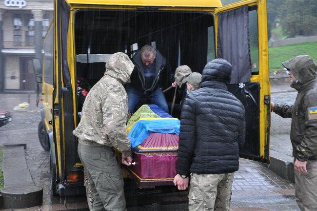 С совершившим самосожжение ветераном Микитенко попрощались на Майдане (ФОТО) 5