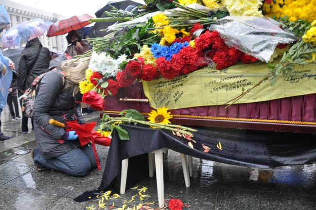 С совершившим самосожжение ветераном Микитенко попрощались на Майдане (ФОТО) 13