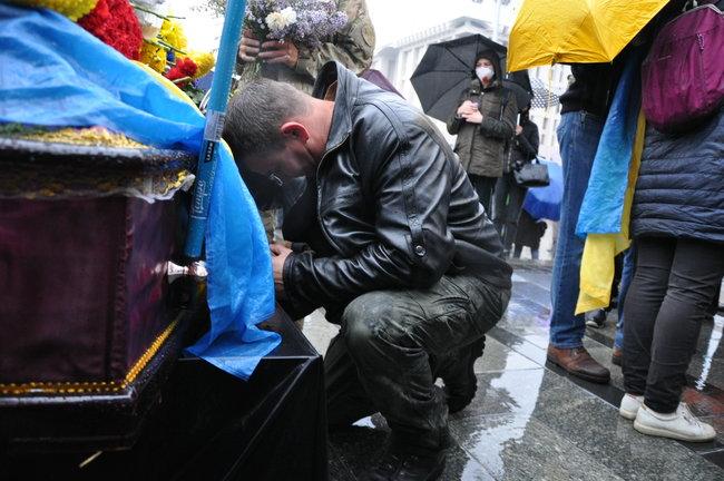 С совершившим самосожжение ветераном Микитенко попрощались на Майдане (ФОТО) 19