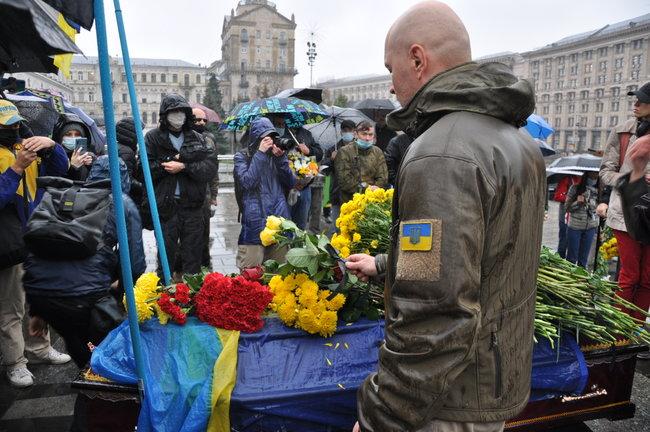 С совершившим самосожжение ветераном Микитенко попрощались на Майдане (ФОТО) 23