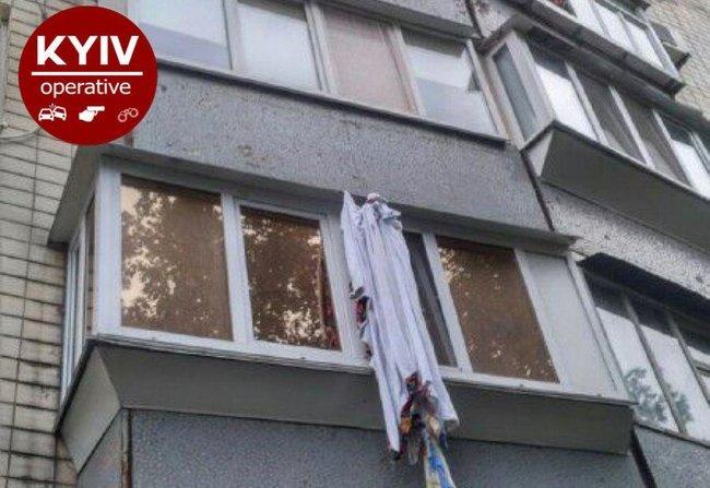 Мужчина решил спуститься с пятого этажа по простыням и погиб