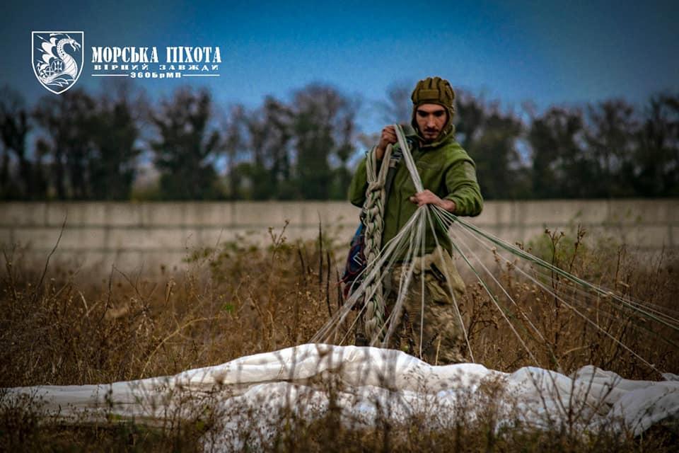 Николаевские морпехи отработали на Донетчине десантирование парашютным способом (ФОТО) 13