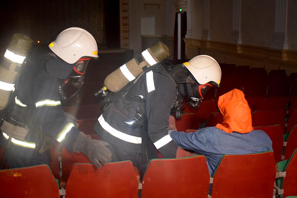 Николаевские спасатели потушили «пожар» в ДК «Строителей» (ФОТО, ВИДЕО) 5