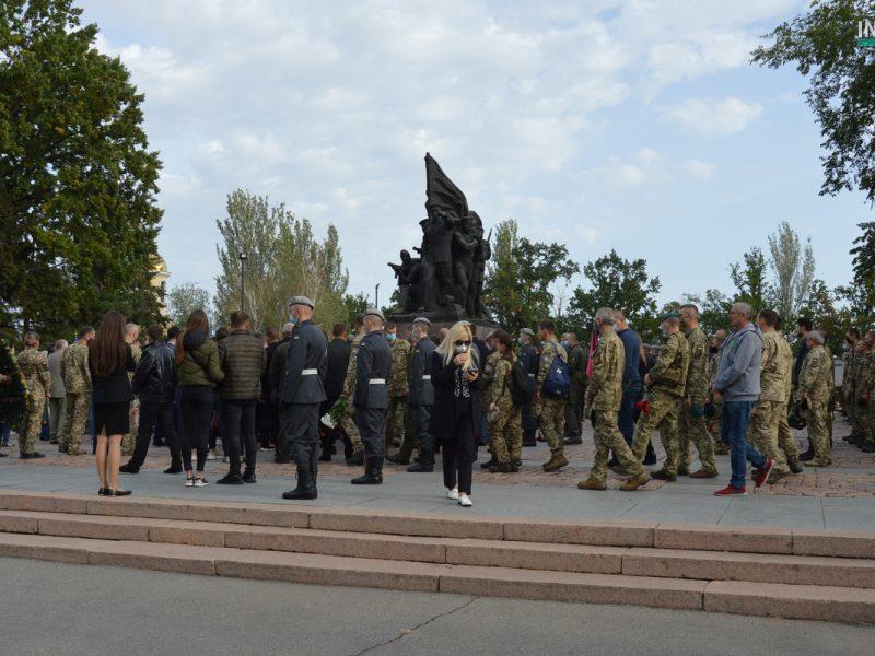 Сотни николаевцев пришли проститься с погибшими при крушении Ан-26 курсантами (ФОТО, ВИДЕО)