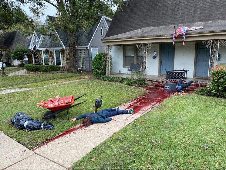 Художник украсил дом окровавленными манекенами в честь Хэллоуина — соседи вызвали полицию (ФОТО)