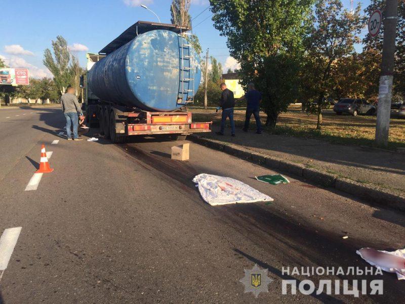 В Николаеве под колесами автоцистерны погиб пешеход