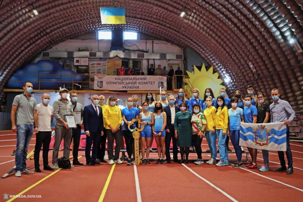 Современное покрытие и освещение. В Николаеве после ремонта открыли обновленный легкоатлетический манеж (ФОТО) 1