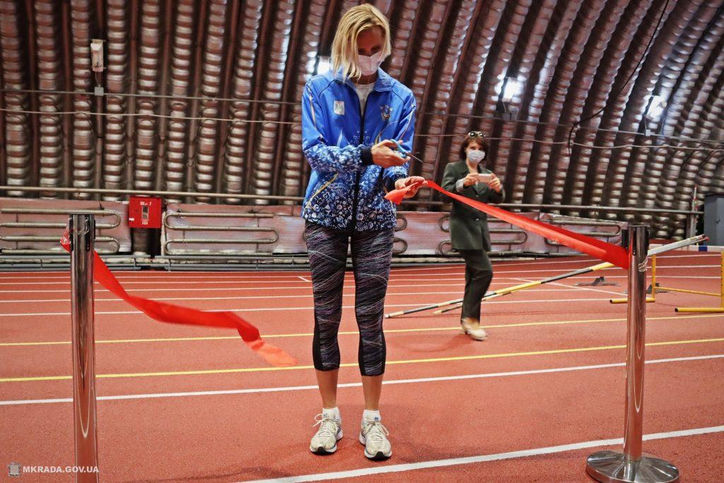 Современное покрытие и освещение. В Николаеве после ремонта открыли обновленный легкоатлетический манеж (ФОТО) 17
