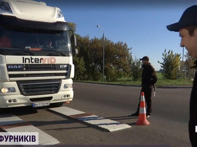 В Николаевской области водители фур продолжают отказываться от взвешивания: на трассе очереди из машин (ВИДЕО)
