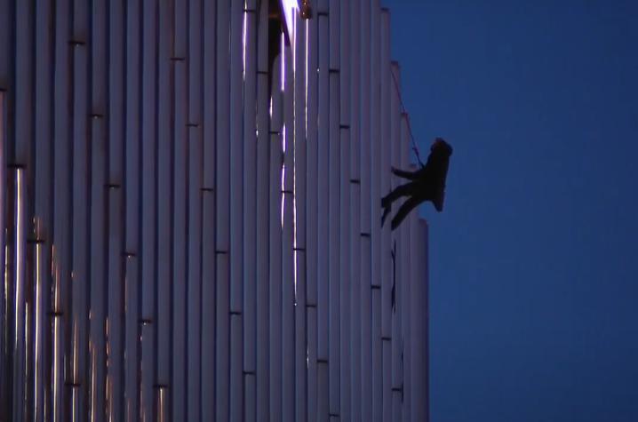 В США парень 13 часов провисел привязанным к балкону высотки, требуя разговора с Трампом (ВИДЕО)