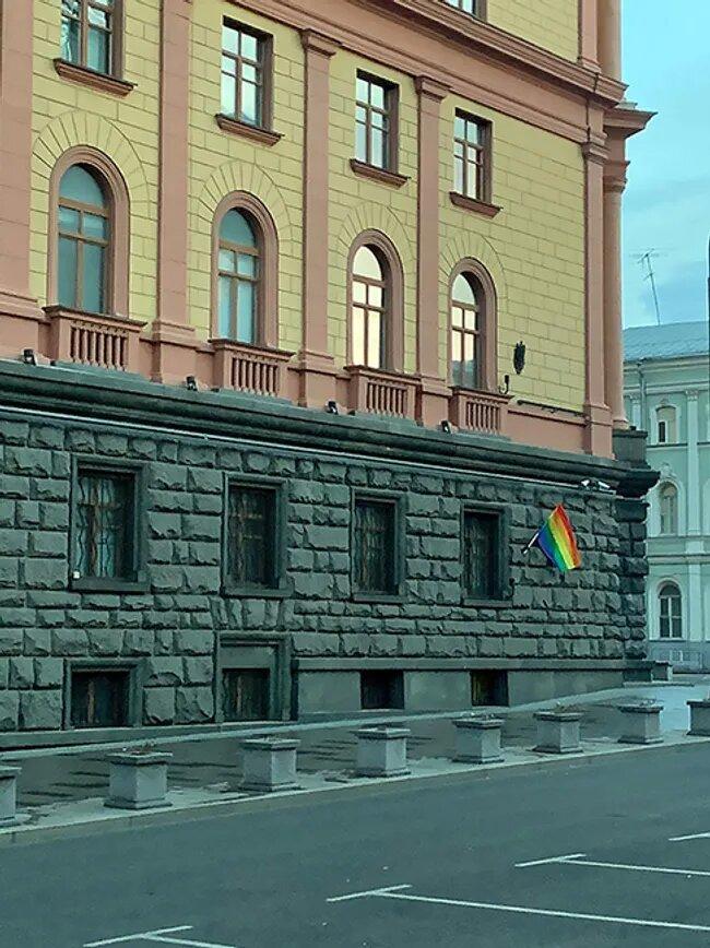 Pussy Riot поздравили Путина с днем рождения – вывесили радужные флаги на зданиях ФСБ и администрации президента (ФОТО) 3