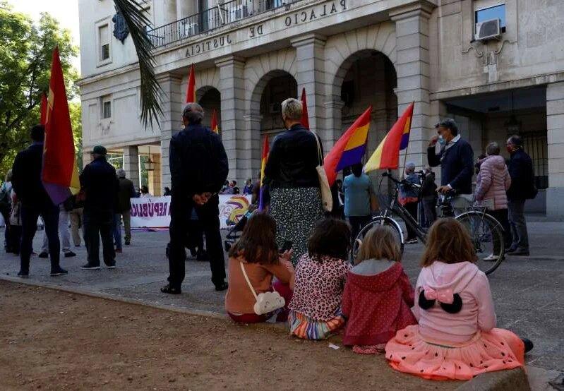 В Испании прошли митинги с требованием судить бывшего короля Хуана Карлоса (ФОТО) 7