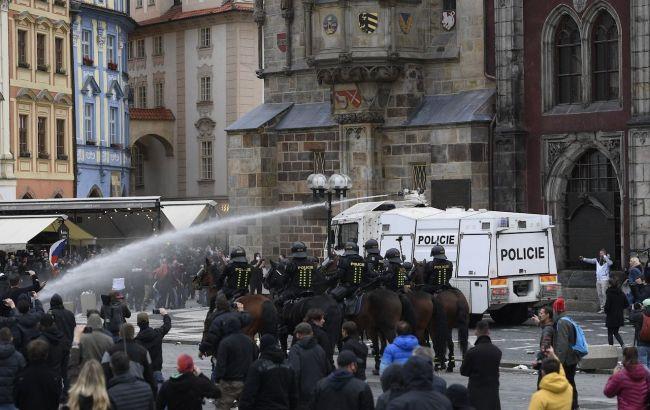 В Праге ультрас устроили беспорядки из-за карантина (ВИДЕО)