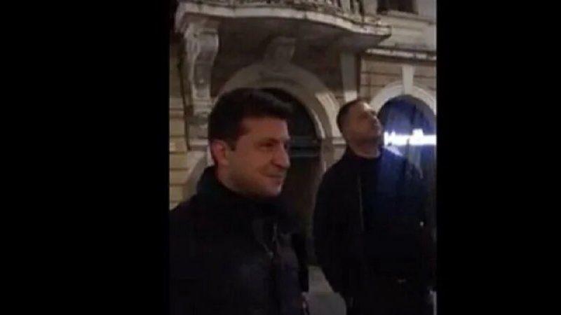 Зеленский в Черновцах послушал уличного музыканта и вышел на пробежку (ВИДЕО)