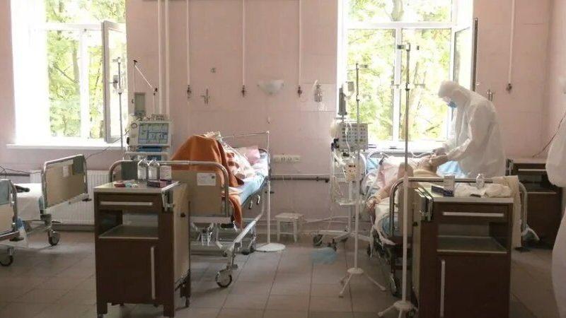 «Заполненность все время 100%». В Харькове пациентов с коронавирусом размещают в коридорах и холлах больниц