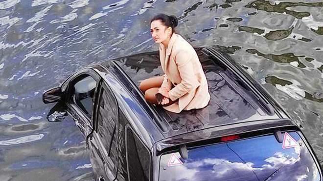 Новая Русалочка: в Харькове джип упал в реку – его водитель стала мемом (ФОТО, ВИДЕО)