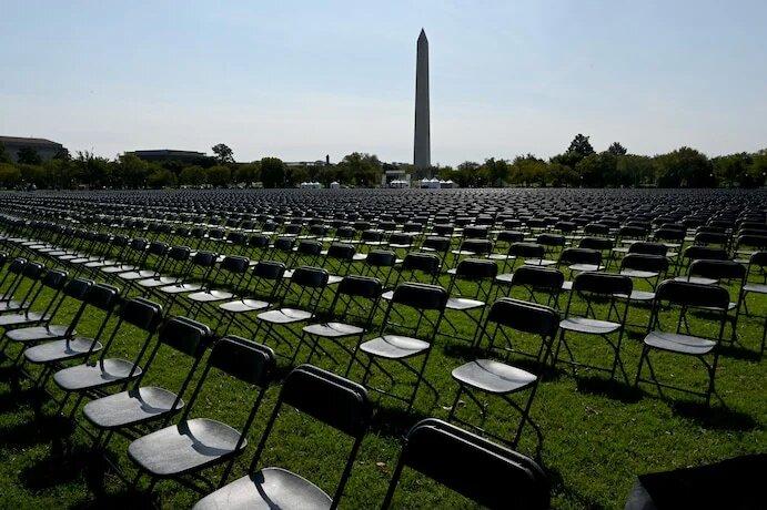 Напротив Белого дома установили 20 тысяч пустых стульев в память об умерших от COVID-19 (ФОТО, ВИДЕО) 5