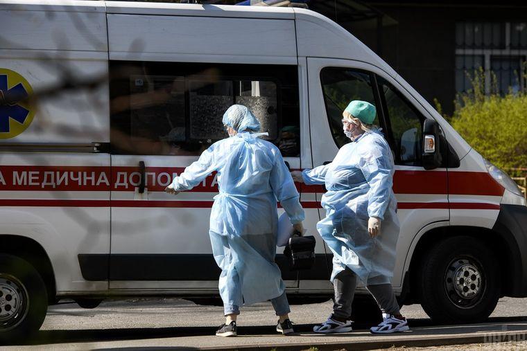 В Николаеве вызвали скорую упавшему на улице мужчине: он покусал врачей и устроил драку (ВИДЕО)