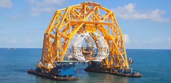 Крупнейшее в мире судно-коготь готовится разрезать затонувший корабль (ВИДЕО)