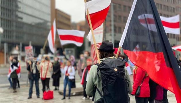 Протесты в Беларуси: светошумовые гранаты и жесткие задержания (ВИДЕО)