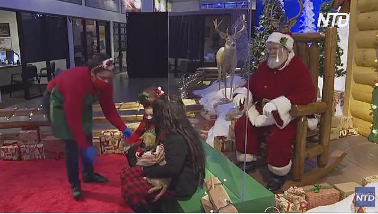 Посидеть на коленке не получится: в торговых центрах США Санта-Клауса «отделили» от детей оргстеклом (ВИДЕО)