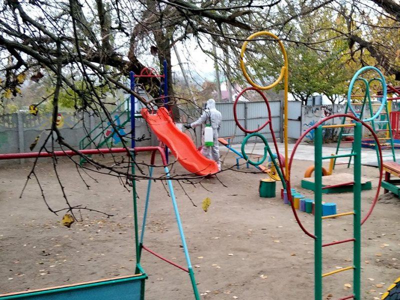 Спасатели Николаевщины продолжают дезинфицировать места общего пользования (ФОТО)