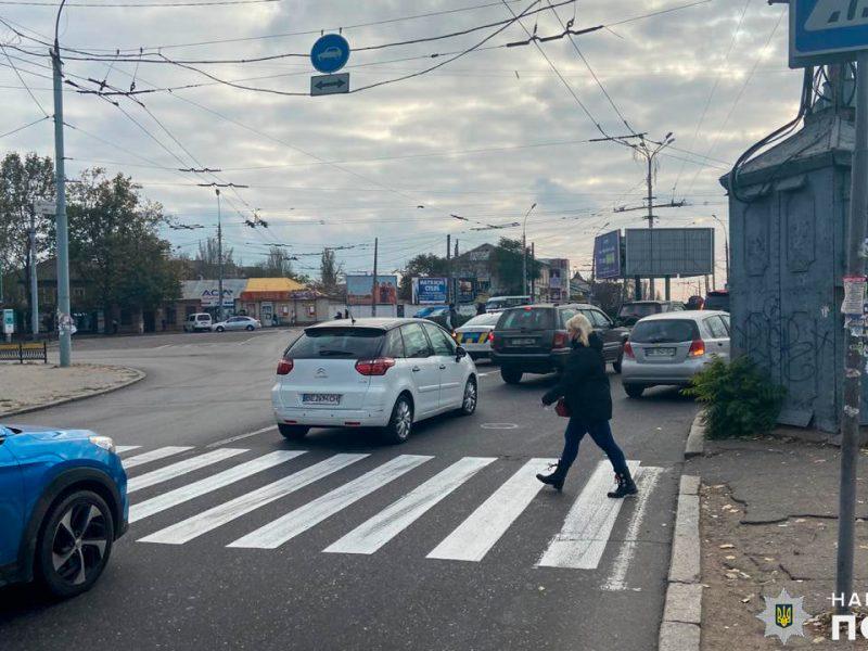 На пешеходном переходе в Николаеве 80-летняя бабуля попала под колеса грузовика (ФОТО)