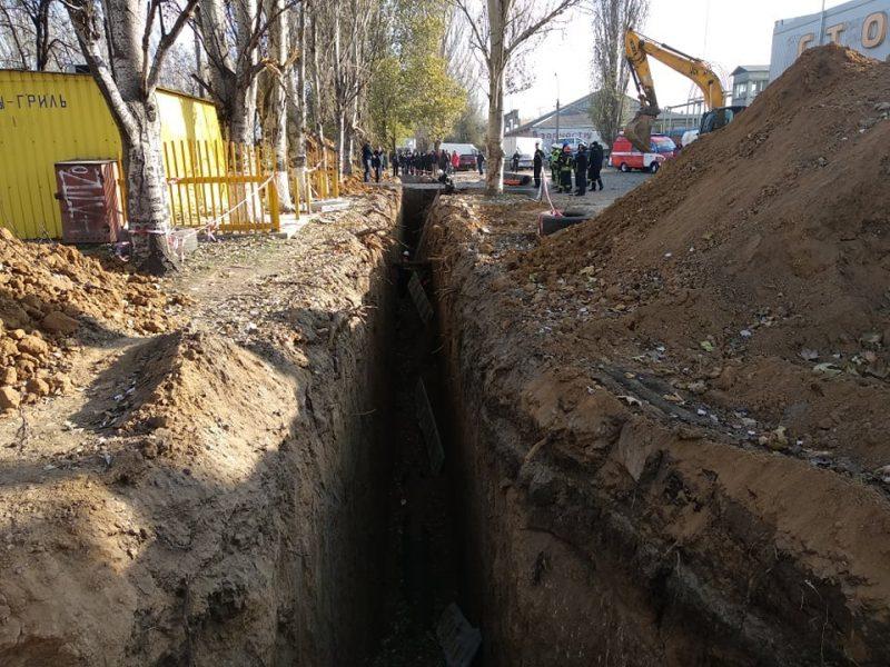 В Николаеве двух рабочих завалило землей и бетонной плитой в траншее: спасатели одного достали, второго сейчас стараются спасти (ФОТО)