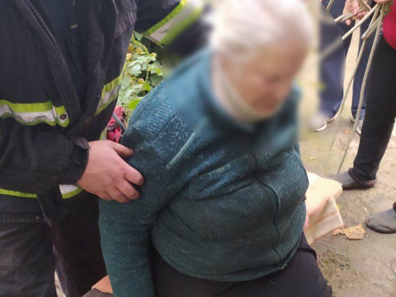 В Первомайске пенсионерка упала в двухметровую яму – доставали спасатели (ФОТО)