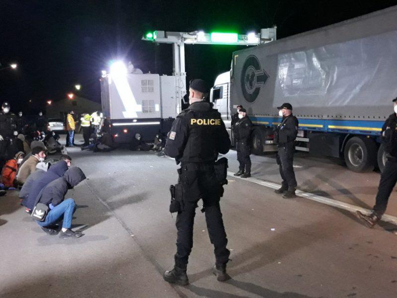Рентген «проявил» сюрприз: вместо брусчатки в Чехии оказались мигранты-нелегалы (ВИДЕО)
