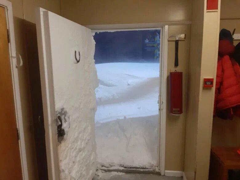 Станцию украинских полярников в Антарктиде замело снегом (ФОТО)