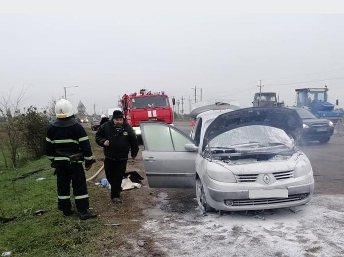 На трассе под Николаевом из-за неисправности загорелся Renault
