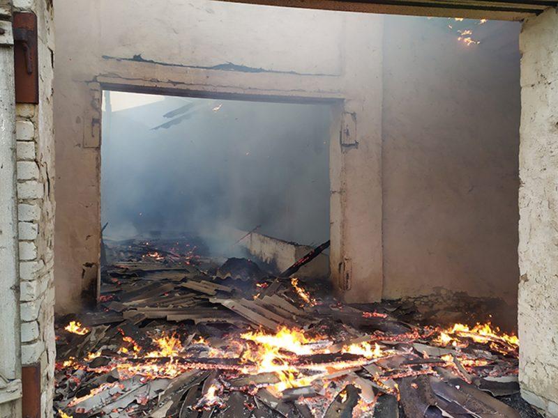 Спасатели Николаевщины потушили неэксплуатируемое здание и хозпостройку (ФОТО)