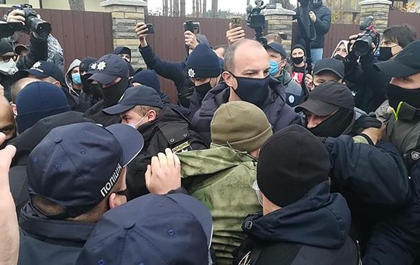 Активисты сквозь полицию прорываются к дому главы КС