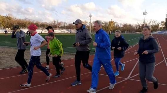 В Николаеве стайеры 12 часов бегали по 400-метровому кругу  в парке Победы