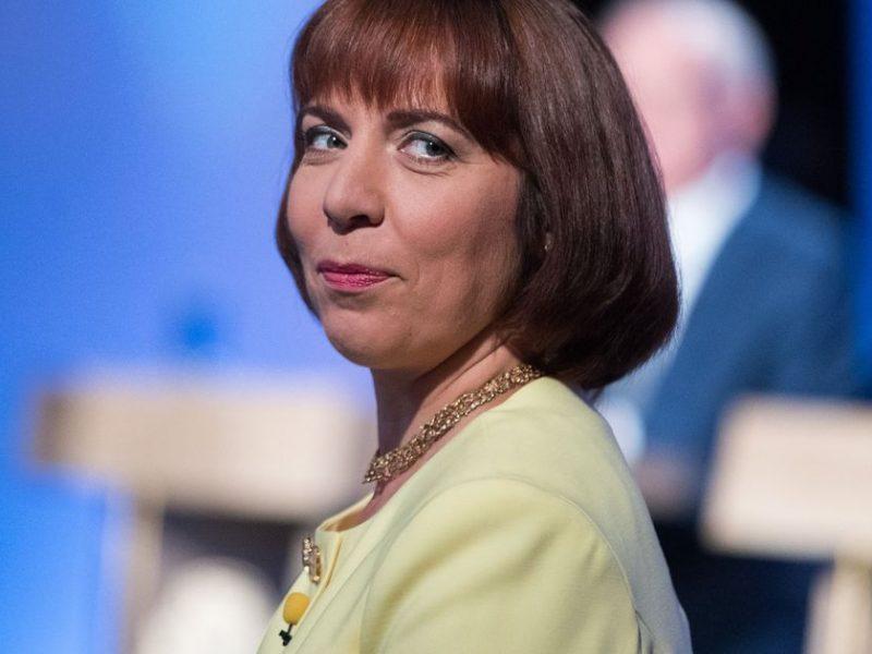 В Эстонии уволили министра образования: возила своих детей в школу на служебном авто