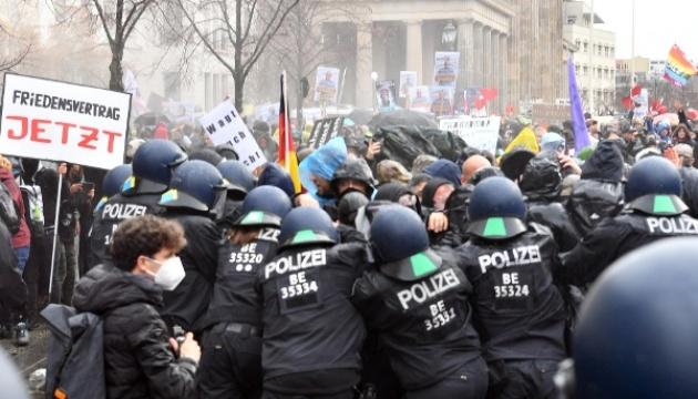Берлинская полиция разогнала «коронавирусный» протест водометами (ВИДЕО)