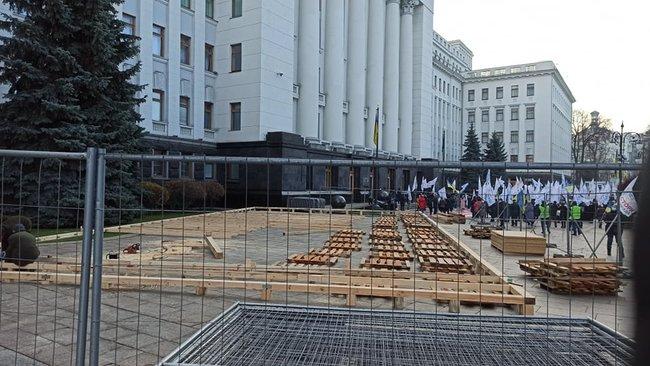 Под Офисом Президента в Киеве монтируют каток (ФОТО)