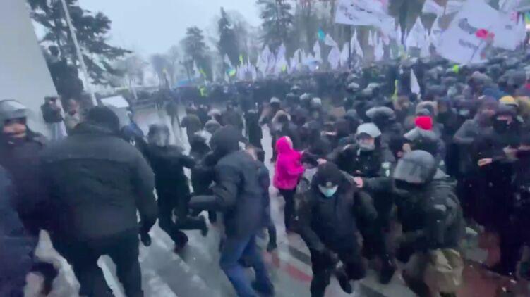 После голосования за кассовые аппараты для ФЛП предприниматели пошли на штурм ВР. Полиция применила слезоточивый газ (ВИДЕО)