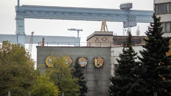 Со стены здания главной проходной ЧСЗ демонтировали заводские ордена