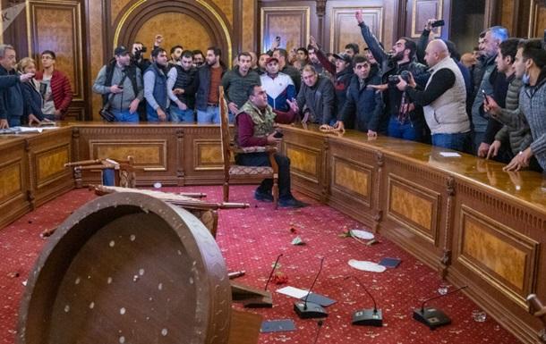В Армении протесты из-за капитуляции в войне за Карабах, штурмовали дом правительства, побили спикера (ВИДЕО)