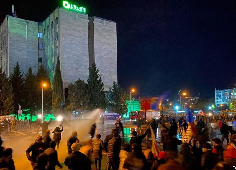 В Грузии против демонстрантов, требовавших перевыборов, применили водометы