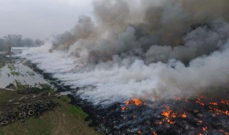 В Польше около 200 пожарных сутки тушат свалку шин (ФОТО)