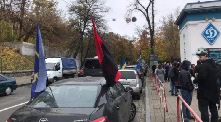 «Тупицкий — вали в Ростов». Активисты устроили автопробег к имению главы КСУ под Киевом