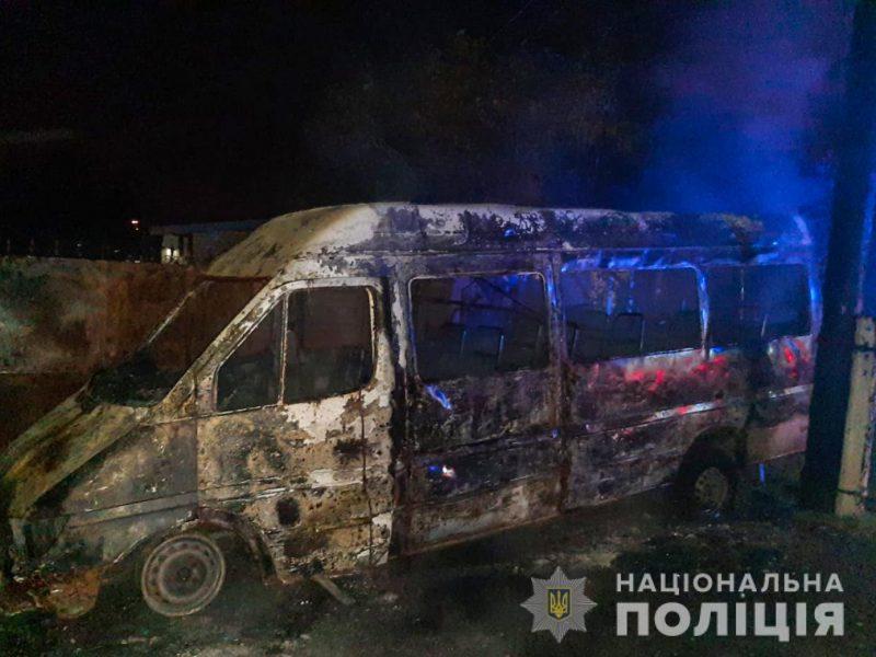 Полиция подозревает, что микроавтобус Mercedes-Benz в Корабельном районе подожгли, и ищет свидетелей (ФОТО)