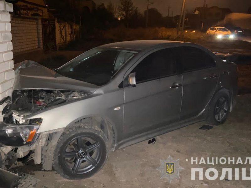 В Корабельном районе Mitsubishi врезался в припаркованную «Славуту», а затем в забор. Двое пассажирок получили травмы (ФОТО)