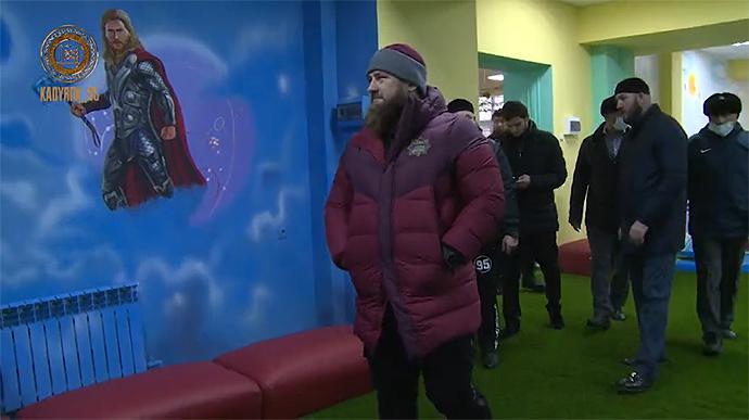 Кадыров приказал убрать из детского центра в Чечне изображения персонажей Marvel и разместить вместо них фото «настоящих героев»