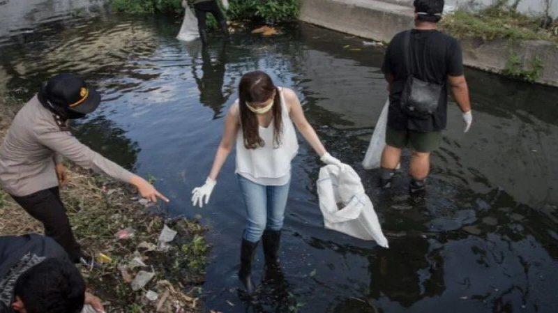 Отжимания, уборка улиц и рек. В Индонезии придумали, как наказывать тех, кто отказывается носить маски и не хочет платить штраф (ФОТО)