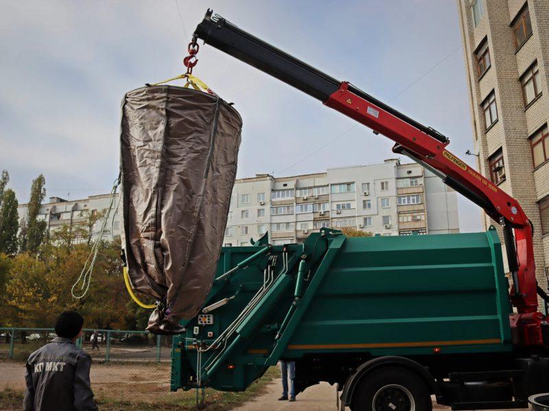 Спустя два года ожиданий: в Николаеве впервые вывезли мусор, собранный в заглубленные контейнеры (ФОТО)