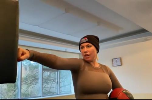 «Набрали в «Аэрофлот» по объявлению!» Российская экс-чемпионка мира по боксу устроила скандал в самолете из-за требования надеть маску (ВИДЕО)